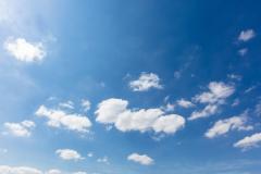 Blauer Himmel mit hellen weißen Wolken am Tag