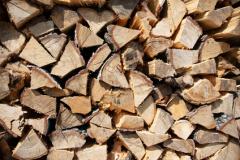 Alter Holzstapel an einem Allgäuer Bauernhaus